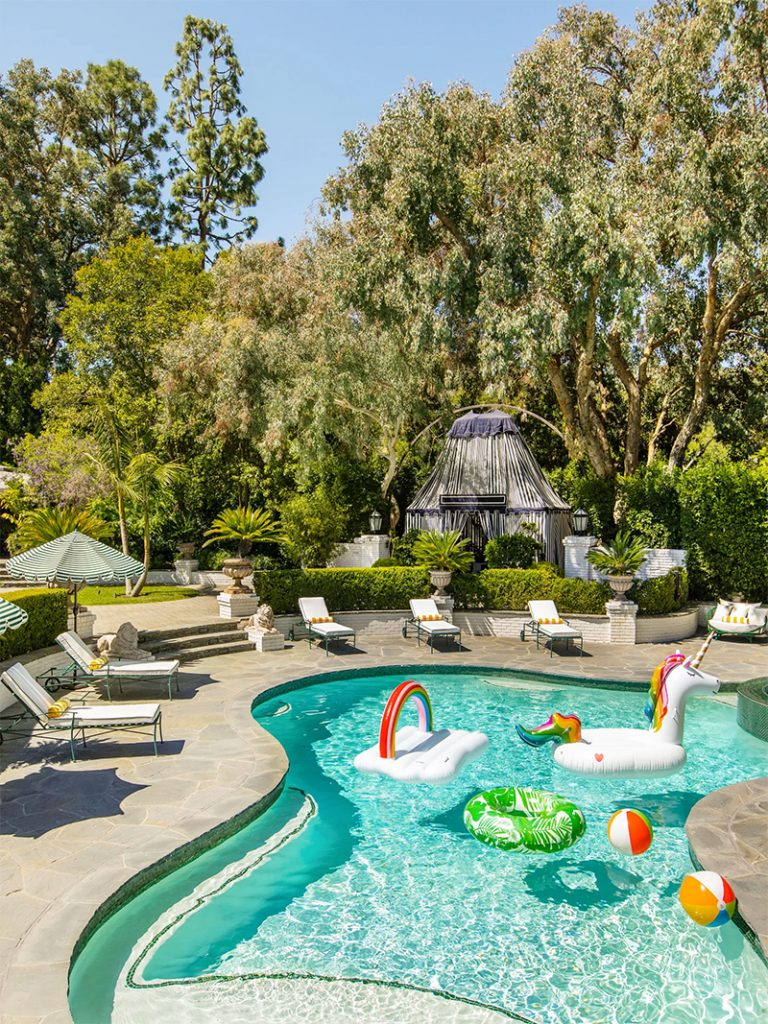 Take a Tour of Model Cara Delenvigne's Luxury and Feminine Los Angeles Home cara delevingne Take a Tour of Model Cara Delevingne Luxury and Feminine Los Angeles Home Luxury and Feminine Los Angeles Home15 768x1024